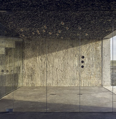 Spel van daglicht en massief beton