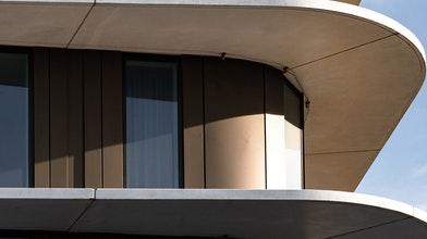 Gracieuze betonnen dame markeert skyline Amsterdam