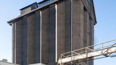 Kunstig gerestaureerde betonnen graansilo voor eten in stijl