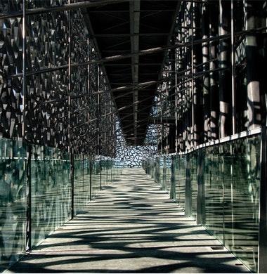 Innovatief beton maakt opengewerkte rastergevel