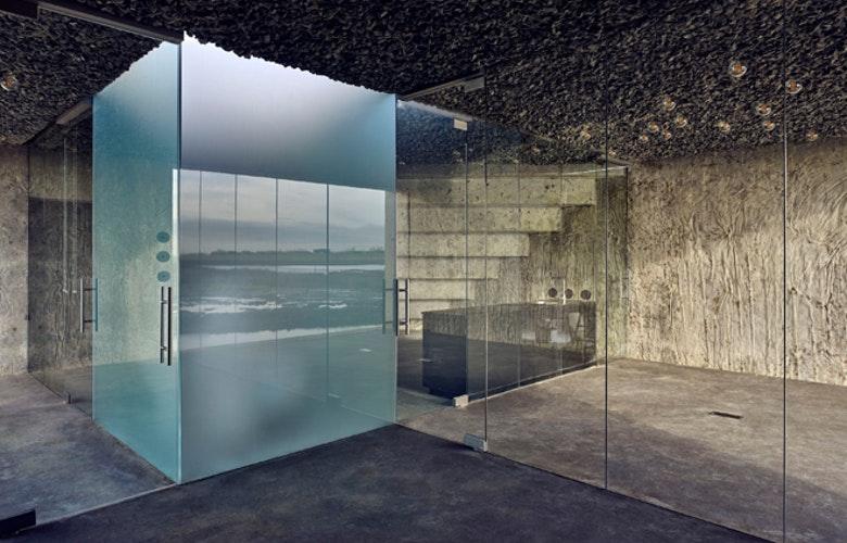 Zierikzee Trap binnen en toilet gezandstraald glas foto Mathijs Labadie